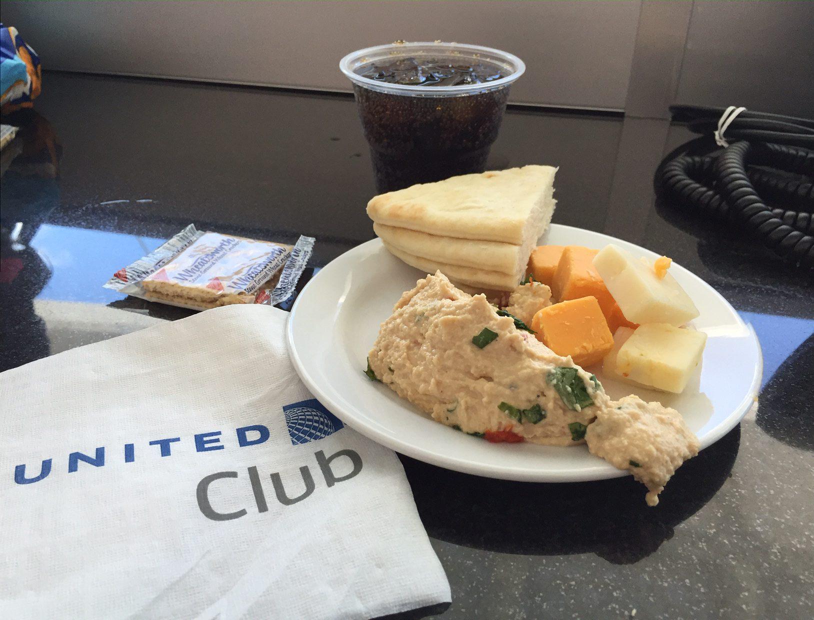 Som altid var udvalget i United Club: Humus, ost af dårlig kvalitet og lidt brød og kiks.