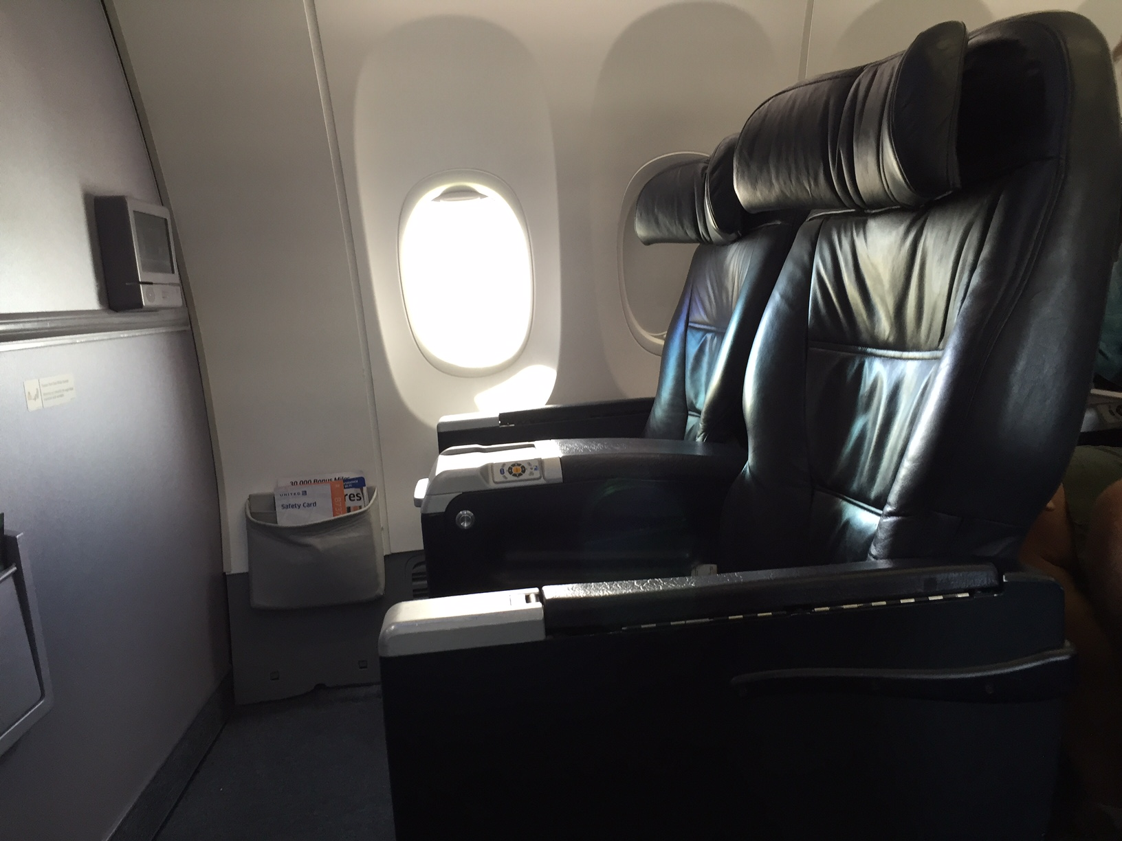 Stolene på First Class er større end vi kender fra Europa. Her er der fire sæder i bredden - mod seks (dog med frit midtersæde) på samme flytype i Europa.