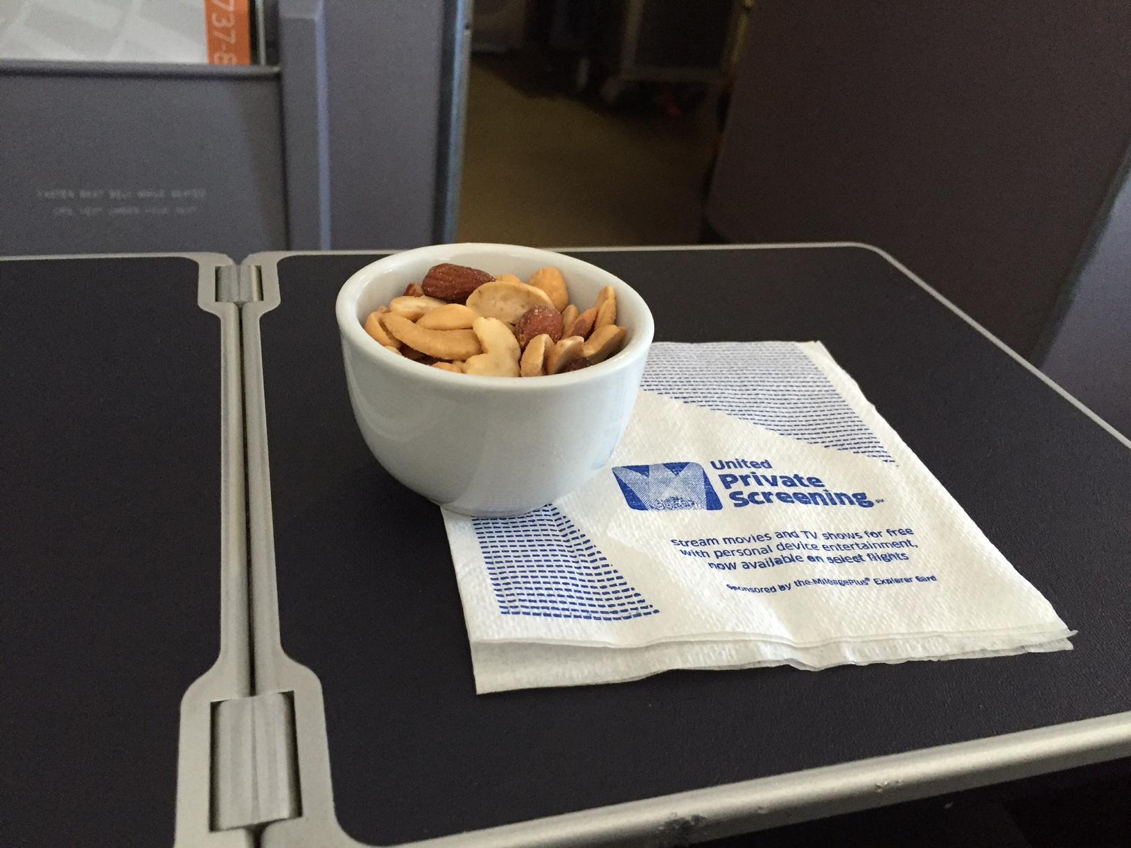 Varme nødder og drikevarer serveret før maden.